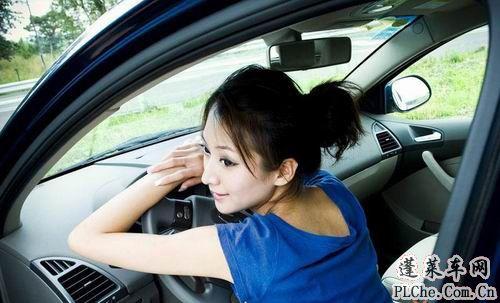 天真可爱的美女车模和蓝色小车 (8)