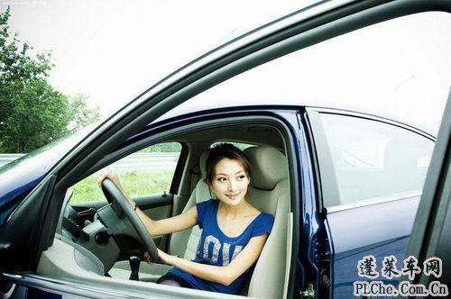 天真可爱的美女车模和蓝色小车 (3)