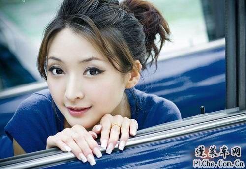 天真可爱的美女车模和蓝色小车 (2)
