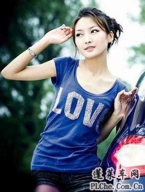 天真可爱的美女车模和蓝色小车