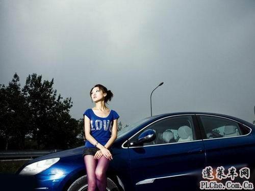 天真可爱的美女车模和蓝色小车 (4)